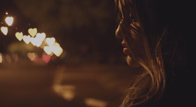 緊張から無意識に目を閉じる女性
