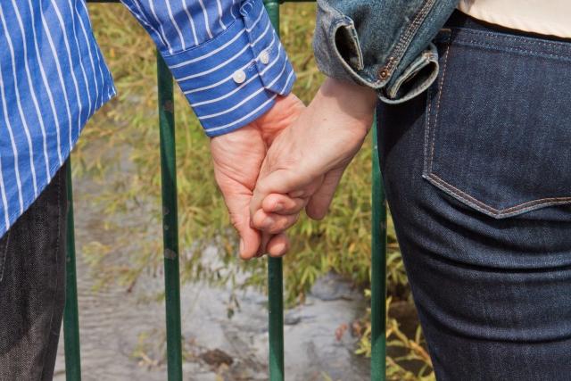 手をつなぎラブラブな夫婦