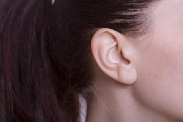 女性の耳へのキス