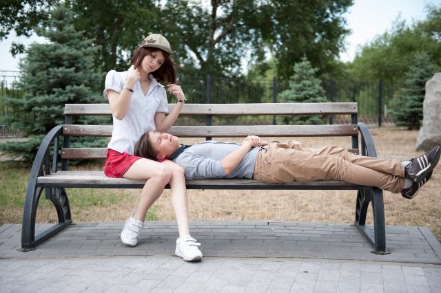 彼氏に膝枕してあげる女性