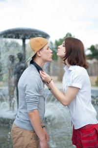 不意打ちキスをする女性