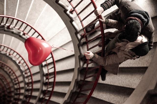 階段の段差を使ったキス