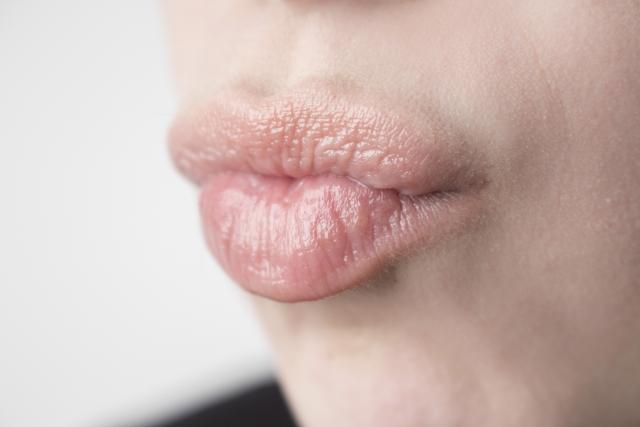 唇を突き出してキスを求める女性