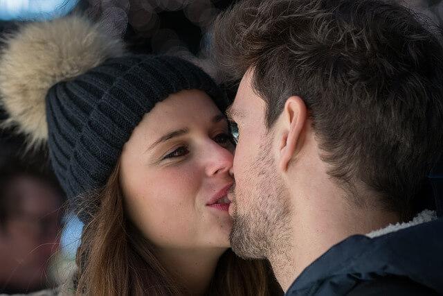 彼に甘えてキスする女性