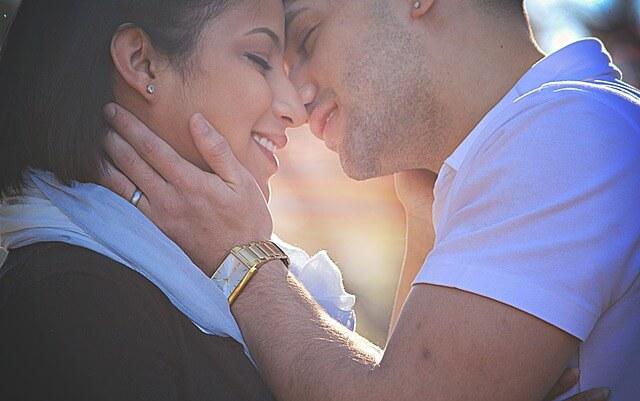 ソフトキスで愛を伝えあうカップル