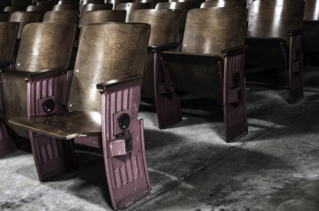 映画館の薄暗い空間