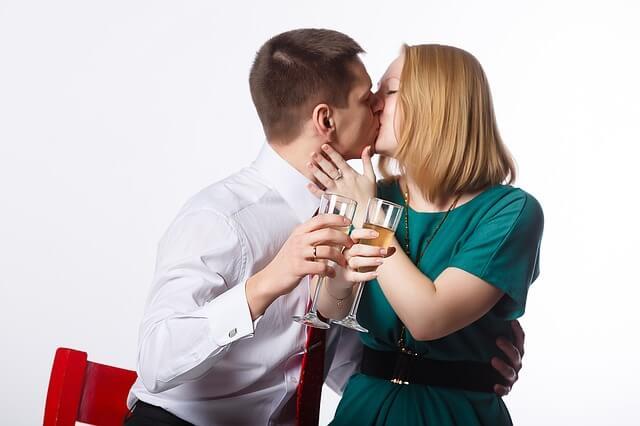 顔をつかみ強引なキス