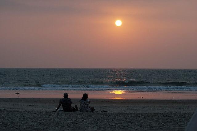 2人きりの海辺の夕方