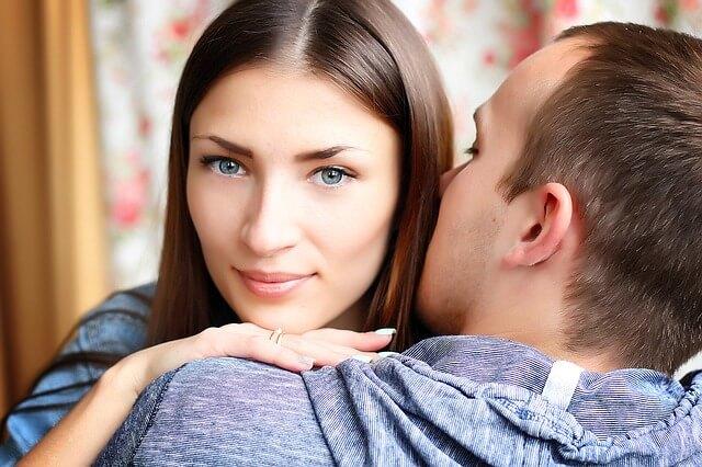 耳にキスする男性