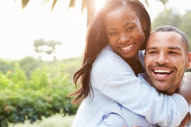 笑顔でキスするカップル