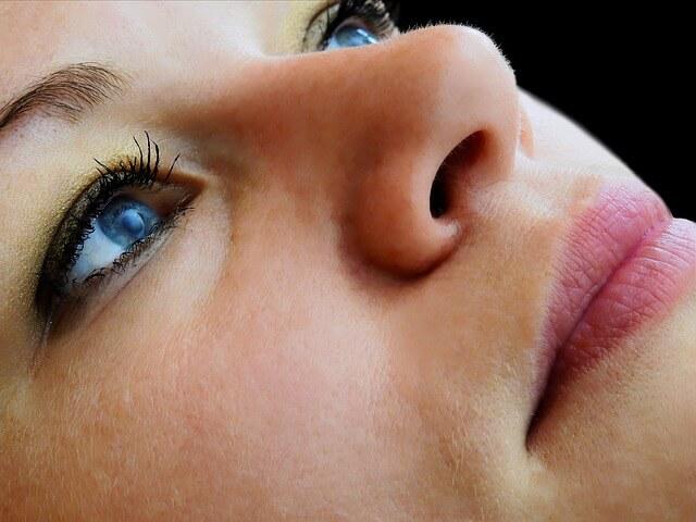 鼻呼吸と口呼吸する女性