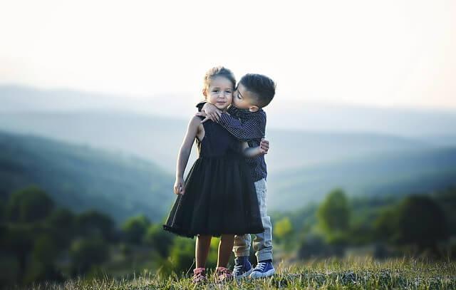 無理せずに軽いキスを繰り返すカップル