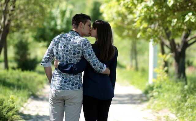遊びでキスする男性
