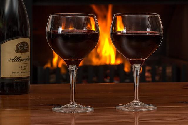 ワインを飲んで語り合うカップル