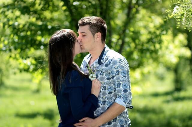 正面からハグしてキスするカップル