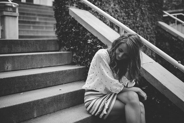 階段キスを使う女性