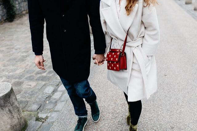 他の女性と手をつなぐ男性