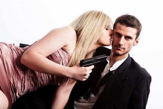 ほっぺにキスする女性