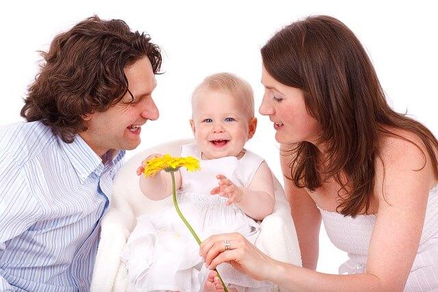 家庭の幸せアピールするカップル