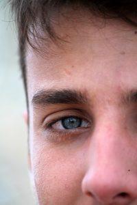 目をまっすぐ見てくる男性