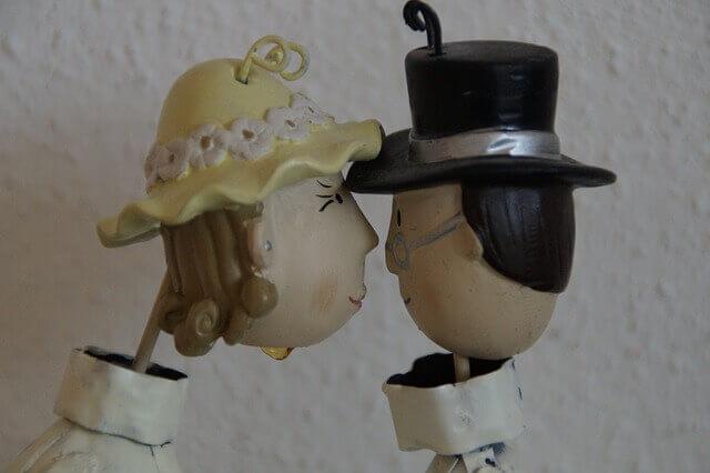 キス中の彼の表情をみる女性