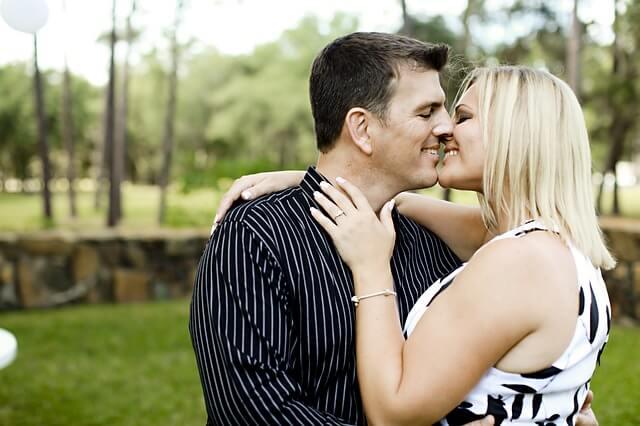 自然と目をつむりキスをする女性