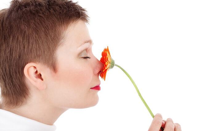 ゆっくり鼻で息する女性
