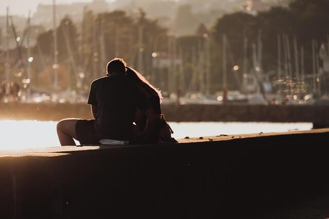 鼻息を意識してキスするカップル