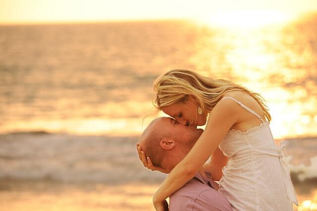 頭をなでながらのキス