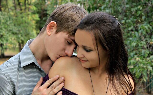 唇以外の体へのキス