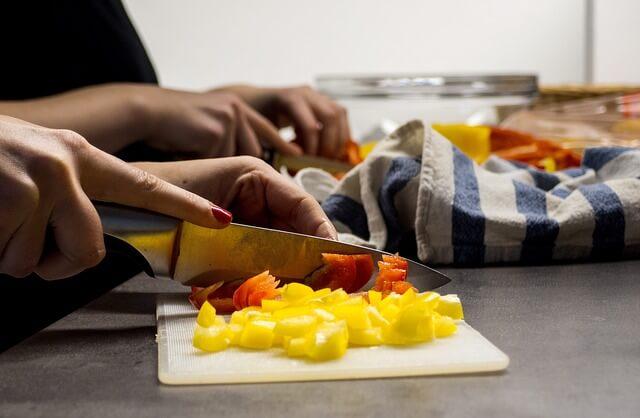 専業主婦として料理を頑張る女性