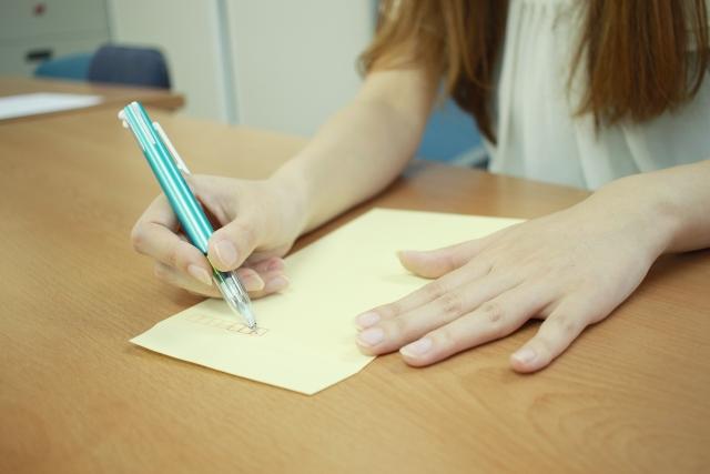 書いて伝える女性