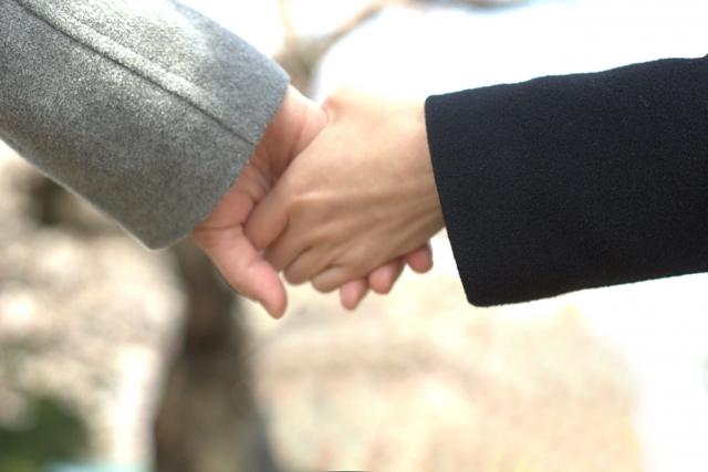 手を繋いでみるカップル