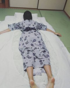 パジャマで横になる女性