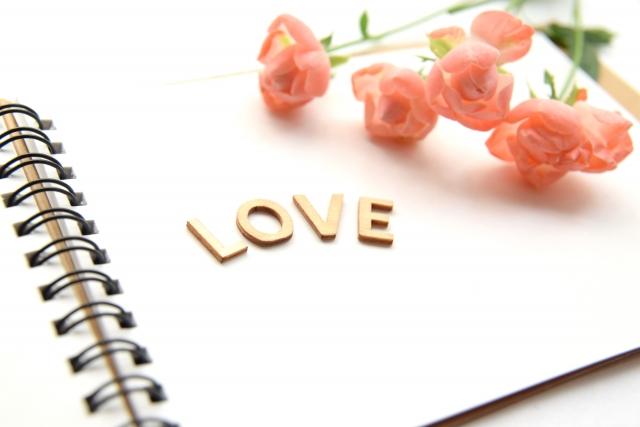 一目惚れした男性に手紙を書く女性