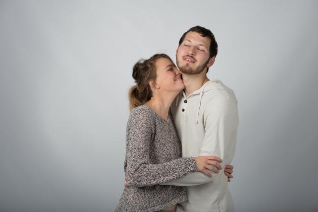 癪に障る公共の場でキスする他のカップル