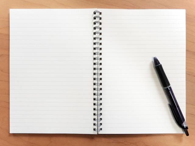浮気の事実を紙に書き出す女性