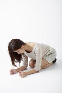 浮気の事実を伝える練習をする女性