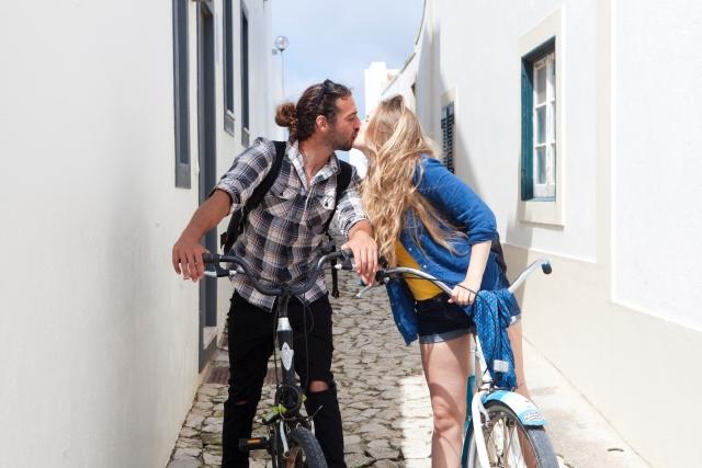 自然体でキスするカップル