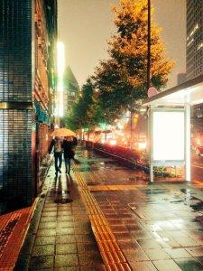 傘を彼氏のいる最寄り駅まで持っていく女性