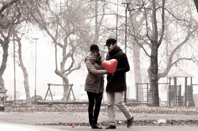 公園でイチャイチャするカップル