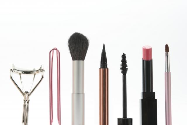 化粧を直す女性