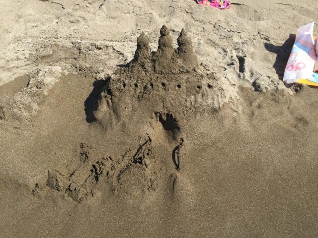 海辺を歩いて楽しむカップル
