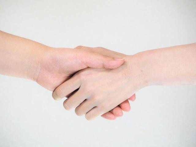 友人の助けを借りる女性