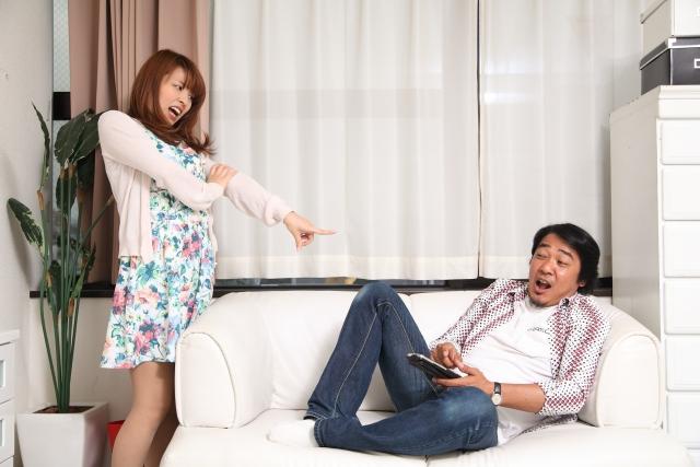夫の悪事を指摘する女性