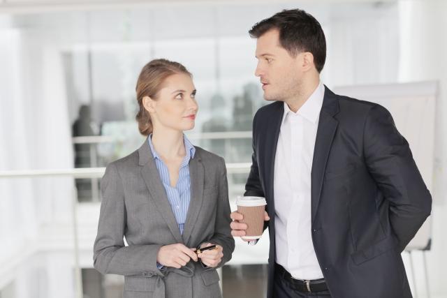 定期的に先輩に相談する女性