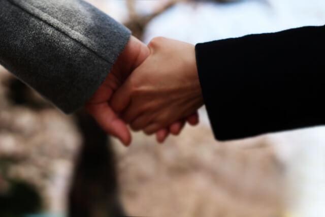 彼の手をつなぐ女性