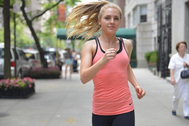気分転換に体を動かす女性