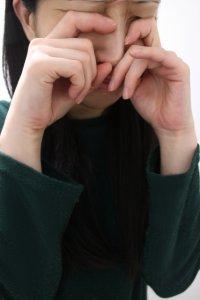 感情的に泣き出す女性