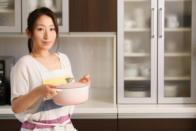 頑張って料理する女性